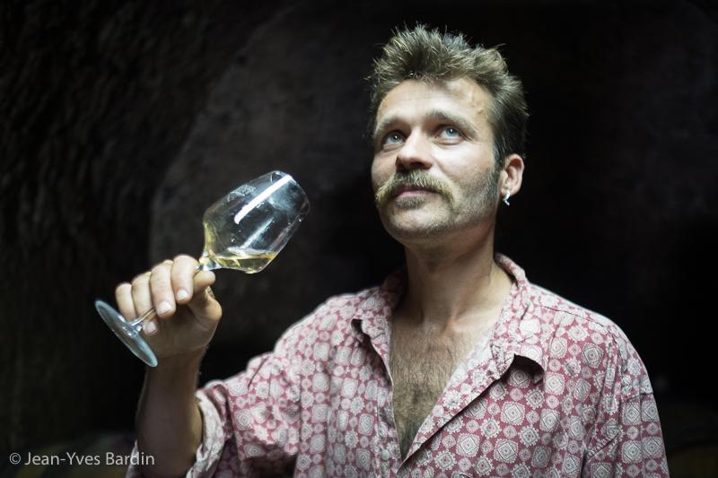 Julien Prével, gueules de vignerons, vignerons de Loire, vigneron bio, organic wine, winemaker, Jean-Yves bardin photographe Gueules de vignerons, portraits de vignerons, Vignerons de Loire, Montlouis-sur-Loire, jus Brifiant, sec machine