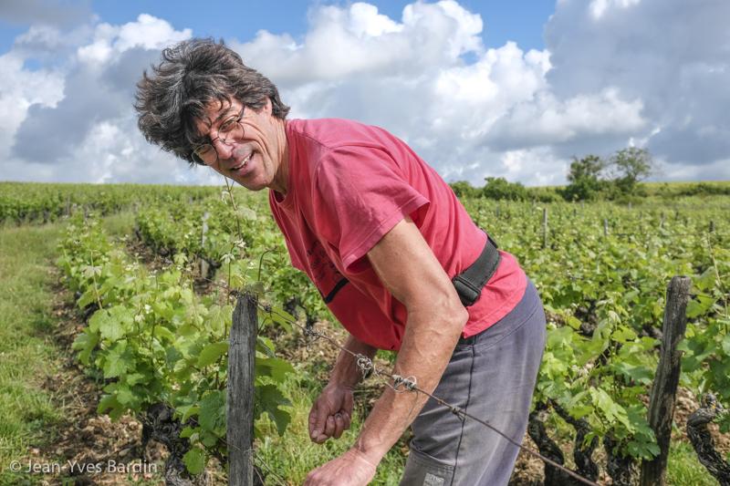 Michel Autran, gueules de vignerons, vignerons de Loire, vigneron bio, organic wine, winemaker, Jean-Yves bardin photographe Gueules de vignerons, portraits de vignerons, Vignerons de Loire, Vouvray, les enfers tranquilles, ciel rouge, chenin