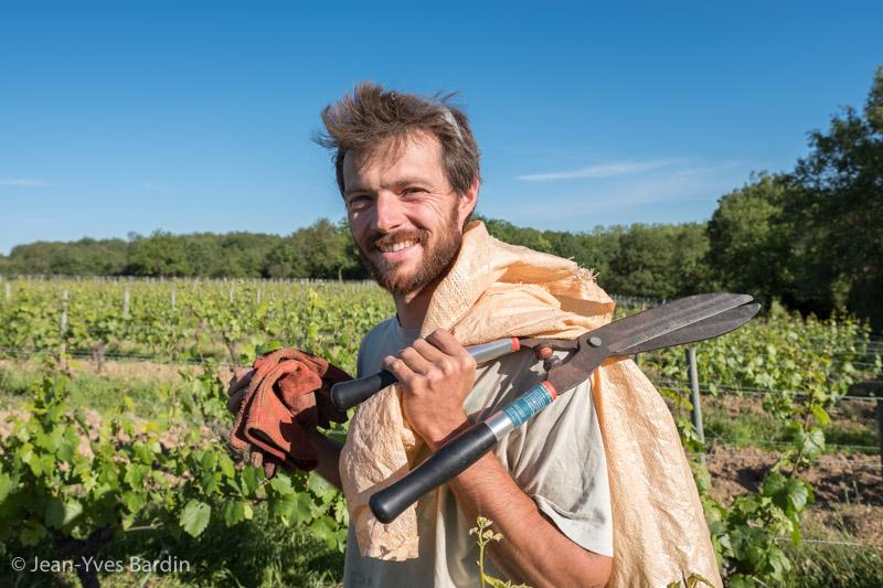 Jérémy Ménard, Joël Ménard, domaine des Sablonnettes, gueules de vignerons, vigneron de Loire, vigneron bio, organic wine, winemaker, Jean-Yves bardin photographe, Gueules de vignerons, portrait de vignerons, Vignerons de Loire, vigneron naturel, Vigneron bio, vignerons d'Anjou, le P'tit Blanc, Ménard le Rouge, les copains d'abord, les copines aussi, fleurs d'érables, Auguste