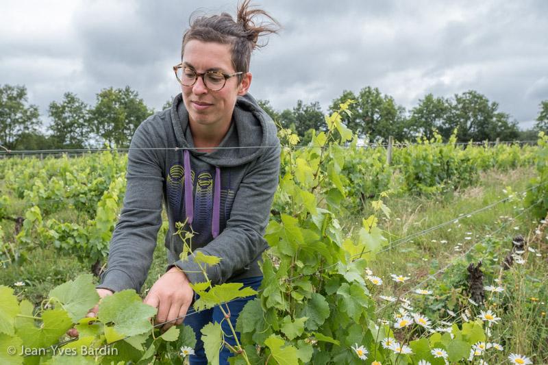 Elise Hamant, les Vignes de l'Atrie, vigneronne Vendée, Aizenay, vigneron, winegrower, portrait, vin bio, gueules de vignerons, vigneron bio, organic wine, Jean-Yves Bardin photographe Gueules de vignerons, portraits de vignerons, Vignerons de Loire, l'Ame heureuse, l'Ame heureux, Vie vent,
