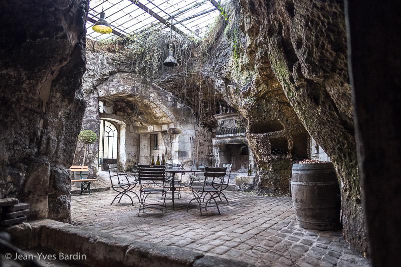 Mathieu Vallée, chateau Yvonne, Saumur Gueules de Vignerons, portrait de vignerons, winemaker, Jean-Yves bardin photographe Gueules de vignerons, portraits de vignerons, biodynamie, cave, chai, barrique, bonde, dégustation, biodynamie, vin bio